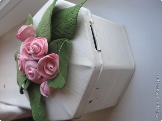Жалко  было  выкидывать на даче шкатулку из под чая *)) Покрыла акрилом белым (единственное что  было  в моей сумке и глина конечно) и на крышке налепила маленькие милые розочки*)) фото 3