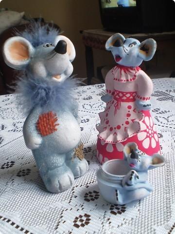 Мышиная семья: мышь-папа, мышка-мама и маленький сынок.  Все игрушки вылеплены из глины, твердеющей на воздухе. Вдохновителем на все поделки, выставленные здесь, был мышь-папа. Его мне подарили  к году мыши, т.е. давно. (До сих пор не выкладывала их в своем блоге!) Подарок так мне понравился, что по его подобию я начала лепить другие игрушки. Сначала  мышек во всех видах. Потом появились женские фигуры.  фото 1