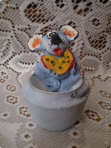 Мышиная семья: мышь-папа, мышка-мама и маленький сынок.  Все игрушки вылеплены из глины, твердеющей на воздухе. Вдохновителем на все поделки, выставленные здесь, был мышь-папа. Его мне подарили  к году мыши, т.е. давно. (До сих пор не выкладывала их в своем блоге!) Подарок так мне понравился, что по его подобию я начала лепить другие игрушки. Сначала  мышек во всех видах. Потом появились женские фигуры.  фото 3