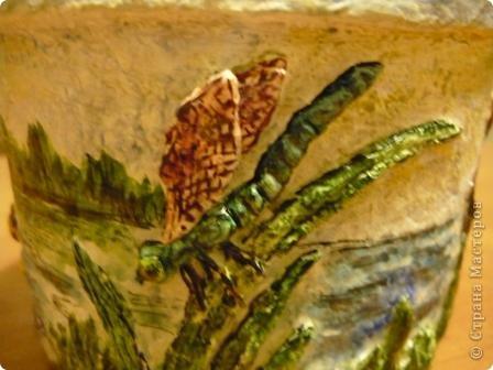 С помощью моей любимой массы папье - маше(бумажно - клеевой) и акварельных красок, ведёрко из - под майонеза превратилось в кашпо для цветов. фото 9