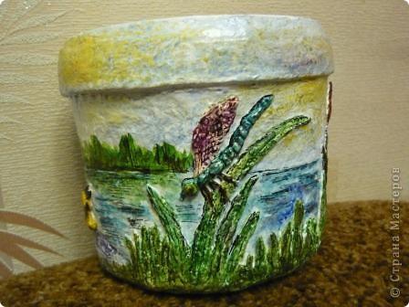 С помощью моей любимой массы папье - маше(бумажно - клеевой) и акварельных красок, ведёрко из - под майонеза превратилось в кашпо для цветов. фото 5