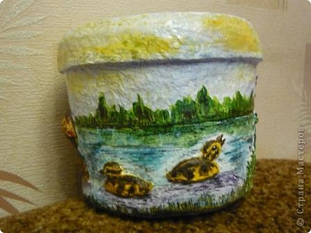 С помощью моей любимой массы папье - маше(бумажно - клеевой) и акварельных красок, ведёрко из - под майонеза превратилось в кашпо для цветов. фото 4