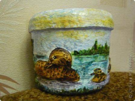С помощью моей любимой массы папье - маше(бумажно - клеевой) и акварельных красок, ведёрко из - под майонеза превратилось в кашпо для цветов. фото 3