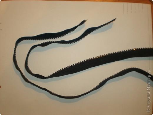 """На просторах интернета нашли идеи брошек из змеек и фетра. В этих работах были использованы железные змейки, а у нас будут пластиковый """"трактор"""". фото 2"""