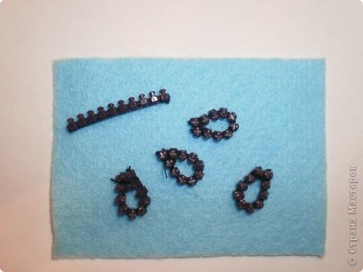 """На просторах интернета нашли идеи брошек из змеек и фетра. В этих работах были использованы железные змейки, а у нас будут пластиковый """"трактор"""". фото 8"""