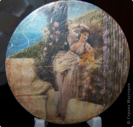 Маленькое панно.Диаметр 10см.,распечатка,спарава,объем деала шпатлевкой,а слева подрисовка, 2 шаг. кракелюр Маймери.. фото 1