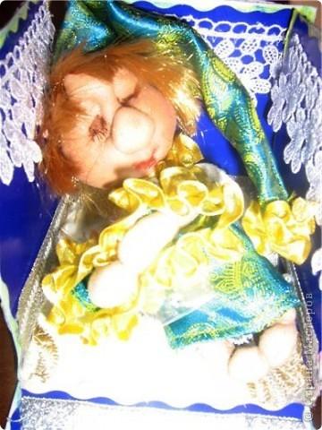 Вчера были именины моей маленькой племянницы Сонечки, и по этому я решила ей сделать приятный сюрприз -  в подарок принесли мы ей сережки, которые держал ангелочек, а лежал он  на подушечке со снами в уютной маленькой коробочке! фото 4