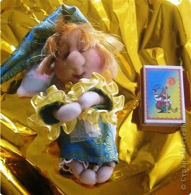 Вчера были именины моей маленькой племянницы Сонечки, и по этому я решила ей сделать приятный сюрприз -  в подарок принесли мы ей сережки, которые держал ангелочек, а лежал он  на подушечке со снами в уютной маленькой коробочке! фото 2