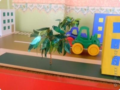 Сделана на паркетной доске, обклеина самоклеющей пленкой и домики тоже, дополнены деревьями из проволки и поеток листиков фото 2