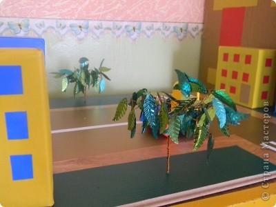Сделана на паркетной доске, обклеина самоклеющей пленкой и домики тоже, дополнены деревьями из проволки и поеток листиков фото 3