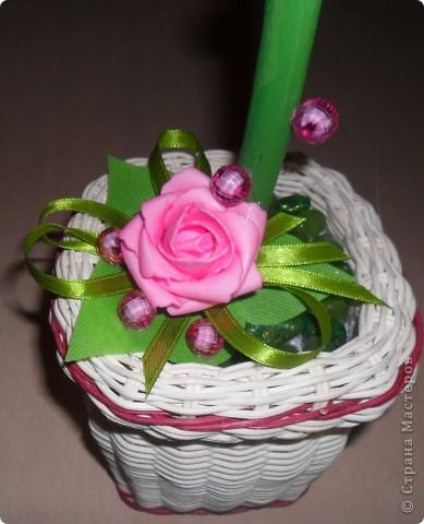 Попались замечательные цветы, мимо которых невозможно было пройти..., нарезала из пакетиков для упаковки обуви зелёных листочков, немного акриловых красок, бусинок, атласной ленты и вот что у меня получилось... фото 3