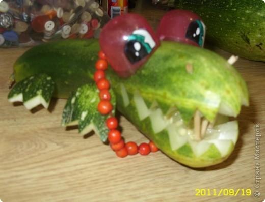 Взяли переросший огурец (что пропадать добру),.хотели сделать свирепого динозавра Сделали пасть, глаза...похожа на девочку-дочь сказала и добавила рябиновые бусики!  фото 1
