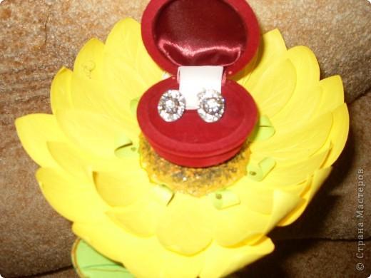 Подруге серьги в подарок. Решила сделать цветочек и подарить сережки в цветочке. Завтра у нее день рождение. Надеюсь подарок понравится. фото 3