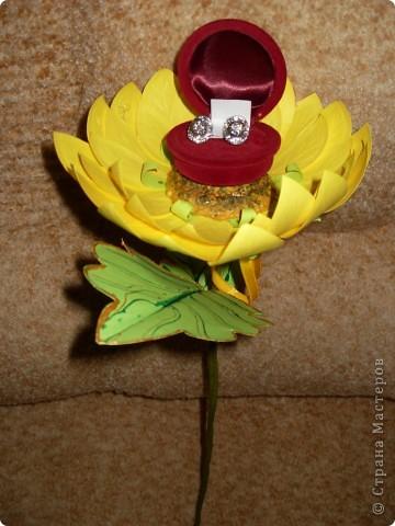 Подруге серьги в подарок. Решила сделать цветочек и подарить сережки в цветочке. Завтра у нее день рождение. Надеюсь подарок понравится. фото 1