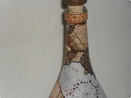 Тарелки сделаны в технике ОБРАТНЫЙ ДЕКУПАЖ, бутылка - ПРЯМОЙ ДЕКУПАЖ. Прикупила недавно круглых белых салфеточек, теперь экспериментирую с ними. Удался ли эксперимент - решать вам!  фото 22