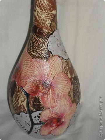 Тарелки сделаны в технике ОБРАТНЫЙ ДЕКУПАЖ, бутылка - ПРЯМОЙ ДЕКУПАЖ. Прикупила недавно круглых белых салфеточек, теперь экспериментирую с ними. Удался ли эксперимент - решать вам!  фото 11