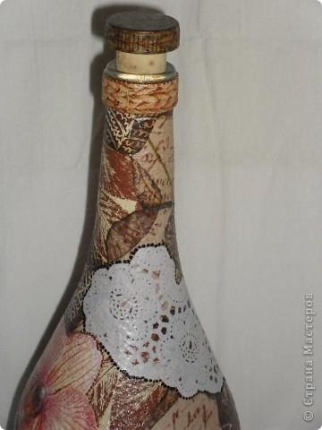 Тарелки сделаны в технике ОБРАТНЫЙ ДЕКУПАЖ, бутылка - ПРЯМОЙ ДЕКУПАЖ. Прикупила недавно круглых белых салфеточек, теперь экспериментирую с ними. Удался ли эксперимент - решать вам!  фото 23