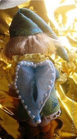 Вчера были именины моей маленькой племянницы Сонечки, и по этому я решила ей сделать приятный сюрприз -  в подарок принесли мы ей сережки, которые держал ангелочек, а лежал он  на подушечке со снами в уютной маленькой коробочке! фото 3