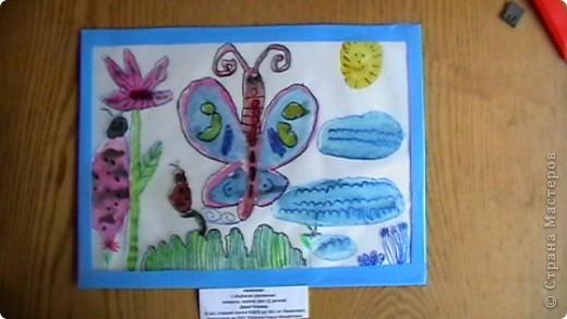 """"""" Пчёлка Майя собирает в ведёрко мёд"""" Это рисунок моей племяшки - Настеньки (6 лет). Обычный рисунок вставили  в прозрачный уголок (папка для бумаг), поверху Настя обвела контур маркером для СД дисков. Рисунок ожил, стал действительно объёмным. фото 2"""