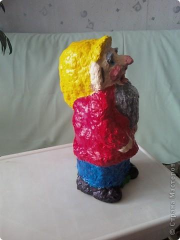 Такой гномик стоит у меня в цветах на клумбе. Слепила из яичных ячеек. фото 4