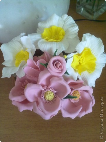 Это остатки цветочков от букетов мешались на столе( они получилис лишние) дома был горшочек маненький ну я их на время  воткнула туда а потом смотрю а вроде ничего так получилось ))))) тут смесь ХФ и полимерная глина покупная )) фото 1