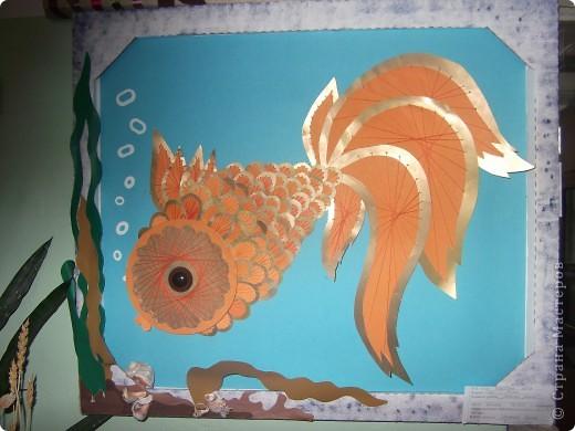 Вот ещё одна наша коллективная работа. Идею этой работы я увидела  в фойе нашей школы. На старом витраже была вот такая же рыбка. Нам с ребятами захотелось сделать точно такую же. фото 5