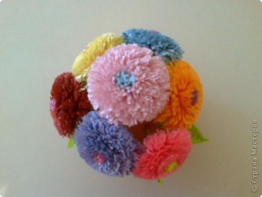 корзинка выполнена из газеты, цветочки из цветной бумаги для принтера.  фото 3