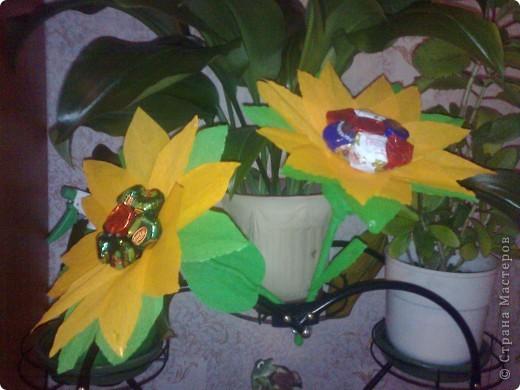 Вот такая вазно-букетно-конфетная поделка будет подарена первой учительнице моего сыночка. фото 4