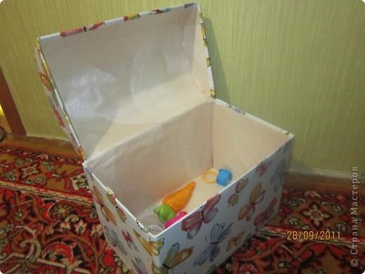 Из коробки из под памперсов соорудила вот такую коробку для игрушек для дочери.  фото 5