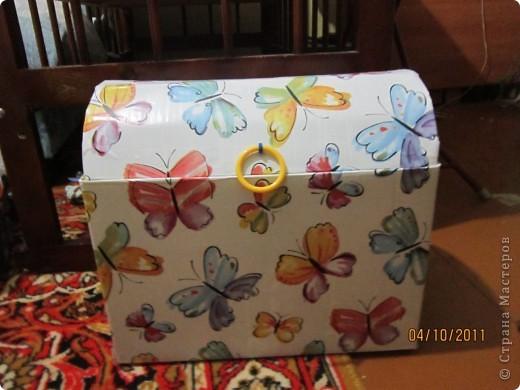 Из коробки из под памперсов соорудила вот такую коробку для игрушек для дочери.  фото 1