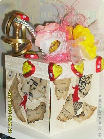 Налюбовалась букетами из конфет наших мастериц и решила тоже попробовать. Уж очень красивые туфельки у всех получались. Мне надо было приготовить подарок преподавателю бальных танцев ко дню учителя. Банальную коробку конфет и цветы дарить не хотелось - вот и придумалась такая поделка... фото 2