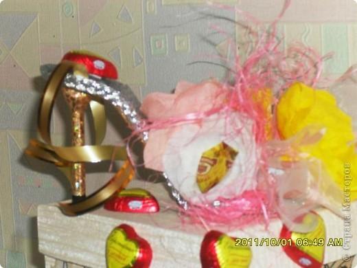 Налюбовалась букетами из конфет наших мастериц и решила тоже попробовать. Уж очень красивые туфельки у всех получались. Мне надо было приготовить подарок преподавателю бальных танцев ко дню учителя. Банальную коробку конфет и цветы дарить не хотелось - вот и придумалась такая поделка... фото 3