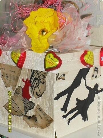 Налюбовалась букетами из конфет наших мастериц и решила тоже попробовать. Уж очень красивые туфельки у всех получались. Мне надо было приготовить подарок преподавателю бальных танцев ко дню учителя. Банальную коробку конфет и цветы дарить не хотелось - вот и придумалась такая поделка... фото 4