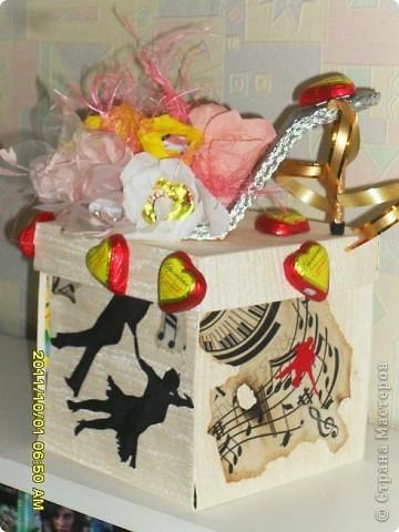 Налюбовалась букетами из конфет наших мастериц и решила тоже попробовать. Уж очень красивые туфельки у всех получались. Мне надо было приготовить подарок преподавателю бальных танцев ко дню учителя. Банальную коробку конфет и цветы дарить не хотелось - вот и придумалась такая поделка... фото 1