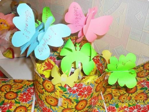 Налюбовалась букетами из конфет наших мастериц и решила тоже попробовать. Уж очень красивые туфельки у всех получались. Мне надо было приготовить подарок преподавателю бальных танцев ко дню учителя. Банальную коробку конфет и цветы дарить не хотелось - вот и придумалась такая поделка... фото 7