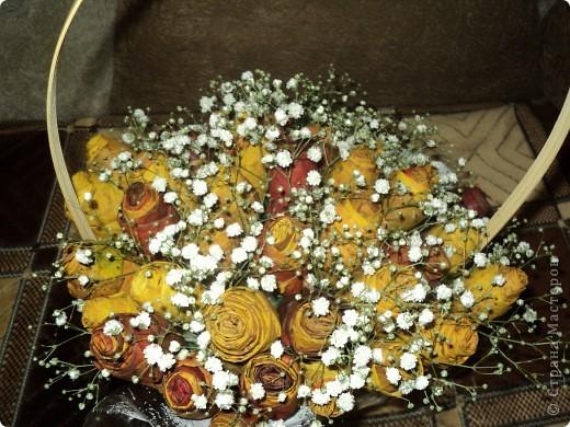 Вот такие букетики мы подарили сегодня своим учителям. Розы делали из кленовых листьев. фото 3