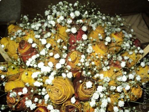 Вот такие букетики мы подарили сегодня своим учителям. Розы делали из кленовых листьев. фото 4