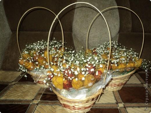 Вот такие букетики мы подарили сегодня своим учителям. Розы делали из кленовых листьев. фото 6