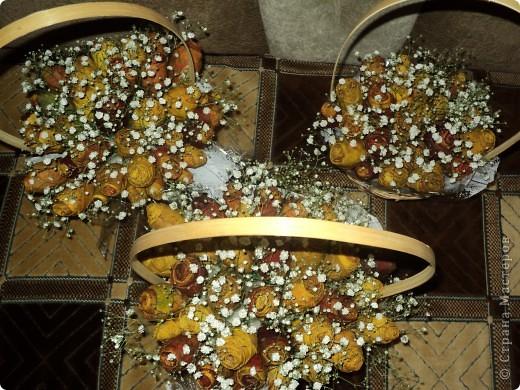 Вот такие букетики мы подарили сегодня своим учителям. Розы делали из кленовых листьев. фото 8