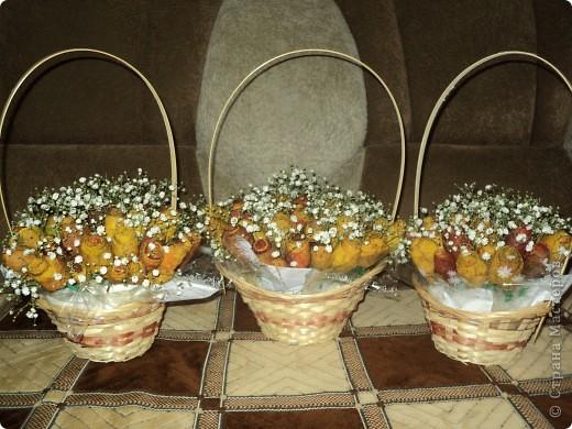 Вот такие букетики мы подарили сегодня своим учителям. Розы делали из кленовых листьев. фото 1