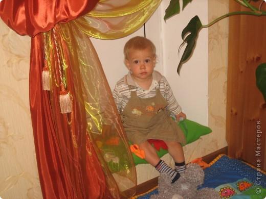 Мой сын любит сидеть на этой приступке. А иногда и лежать:)) фото 6