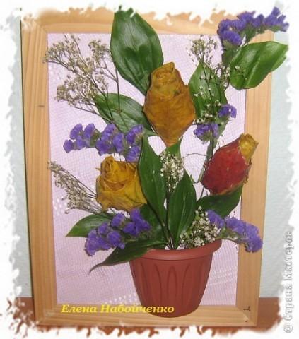 На выставку природных материалов и ко Дню Учителя наша семья сделала вот такой букетик. С младшим сыном Владиславом, накрутили розы из кленовых листьев, старший сын Илья распилил горшок на две половинки. Остальное дело техники. Все листики и цветы настоящие.