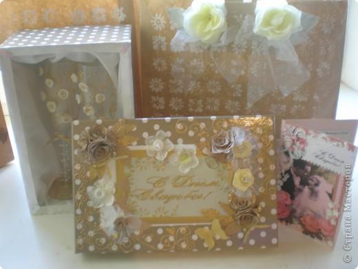 Вот такой свадебный набор получился. Он состоит из подарочного пакета, коробочки и самих бокалов. мастер-класс находится http://www.udivimka.ru/svadebnye-podarki-1905