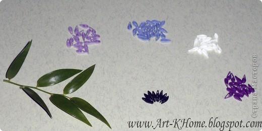 Приветствую всех! Сегодня на примере анютиных глазок расскажу, как делать цветы с тонкими волнистыми лепестками. На самом деле весь секрет в том, чтобы сделать лепестки максимально тонкими, тогда они будут легко гнуться :). Итак, стандартную полоску корейской бумаги шириной 0,3 см режем вдоль пополам, так что ширина полоски получается 0,15 и делим поперек на 4 части. Из таких узеньких и маленьких полосочек и будем крутить каждый элемент (ролл). Я выбрала для образца цветок в холодной бело-фиолетовой цветовой гамме. Для пестрых  лепестков (передний-сердечком и боковые) выбрала 5 цветов: черный, фиолетовый, белый, серо-голубой и лиловый, весь лепесток оборачивается лентой лилового оттенка. Для верхних больших лепестков взяла сливовый оттенок, оборачивается фиолетовой полоской. Для серединок использовались классический желтый и лимонный цвета. Клей - ПВА и термоклей фото 2