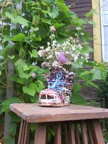 Эта вазочка была сделана на день рождения мамочке. Внутрь вставляется обыкновенный гранёный стакан (под него и плела). Позже я его покрыла лаком для дерева рыжего цвета, но пожалуй таким он мне нравился больше.