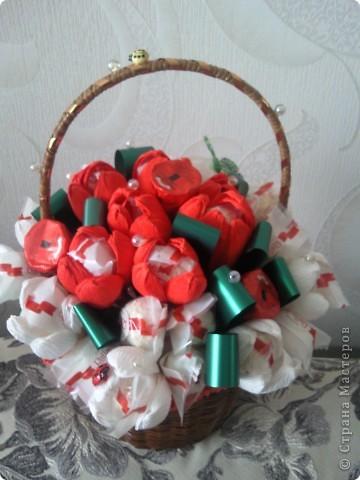 """Это наши первые букеты из конфет. Мы их сделали с дочкой ко Дню учителя. Нам очень понравилось их создавать, а учителям получить такие подарки. Букет тюльпанов с """"рафаэлками"""". фото 1"""