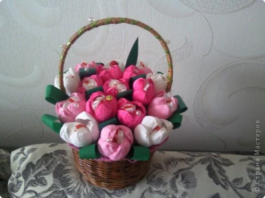 """Это наши первые букеты из конфет. Мы их сделали с дочкой ко Дню учителя. Нам очень понравилось их создавать, а учителям получить такие подарки. Букет тюльпанов с """"рафаэлками"""". фото 2"""