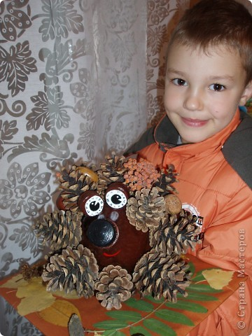 Этот ёжик из сосновых шишек сделан для выставки в детском саду. Мне очень понравился процесс работы - активно помогали дети. Сбор листьев и шишек - это то, что надо ребятам. фото 2