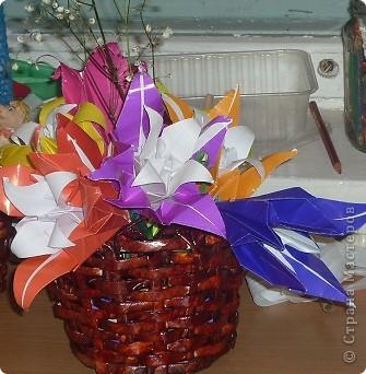 Мы попробовали, корзинки и у нас получилось! Спасибо мастерицам кто поделился с нами своими идеями.  Работа девочек 2-3 класса. Корзина с лилиями. Лилии сделаны способом оригами. фото 1
