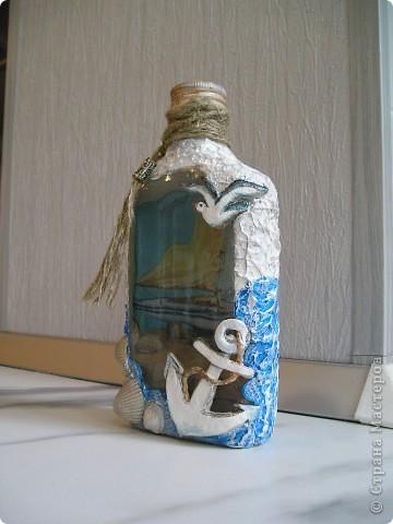 вот и бутылочку доделала!!!!якорь и чайка из солёного теста,по бокам---акриловая шпатлёвка и ракушечки с морррря!!!! фото 3